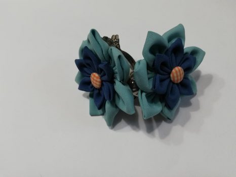 Kék csipeszes függönyelkötő