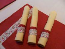 Vanilia sárga textil szalvéta, bordó virágmintás gyűrűvel és tányér alátéttel