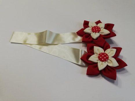 Textilvirágos mágneses elkötő piros, krém szalaggal