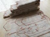 Barna hímzett vitrázs 30 cm magas