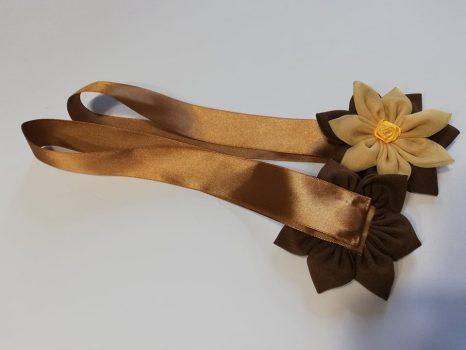 Textilvirágos mágneses elkötő barna