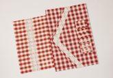 Piros kockás tányéralátét szalvétagyűrűvel, asztali futóval