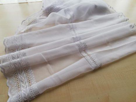 Fehér hímzett vitrázs 75 cm magas   50 % kedvezmény