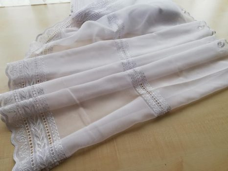 Fehér hímzett vitrázs 75 cm magas